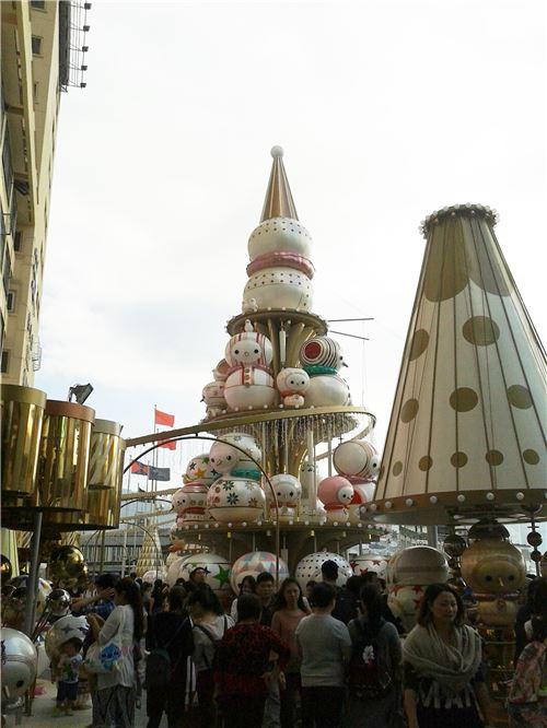 A large display at Ocean Terminal, Tsim Sha Tsui