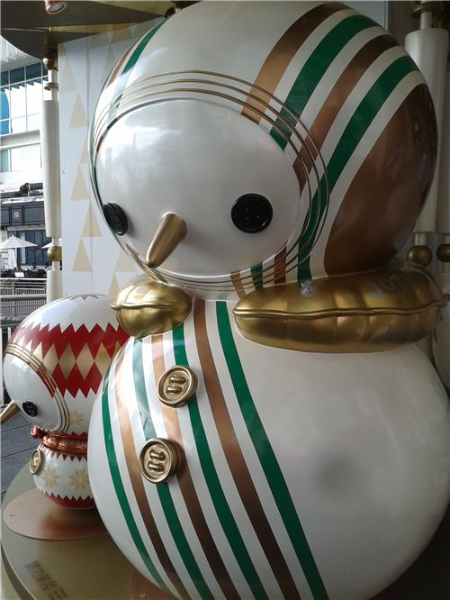 A cute snowman statue, also at Ocean Terminal