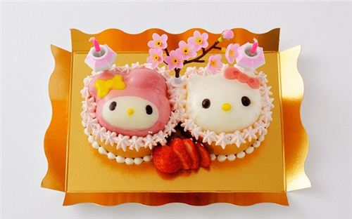 Super cute My Melody and Hello Kitty doll cup cakes.