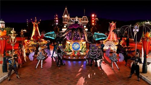 The parade at night! This image, and the images above, are courtesy of Disneyland Hong Kong