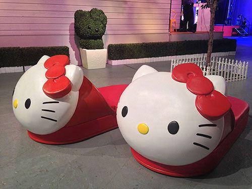 Wir sind uns nicht sicher welche Größe diese Hello Kitty Schuhe habe, aber es sieht so aus als könnte man sie auch als Bett benutzen.
