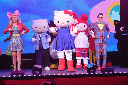Hello Kitty auf der Bühne. Ready to rock mit all ihren Freunden.