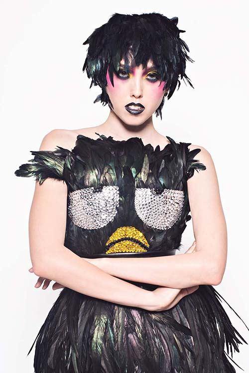 Dieses coole Badtz-Maru Pinguin Kleid mit Federn ist ein wahrer Hingucker.
