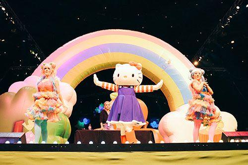Natürlich ist auch Hello Kitty mit von der Partie. Hier eine süße Tanzeinlage.