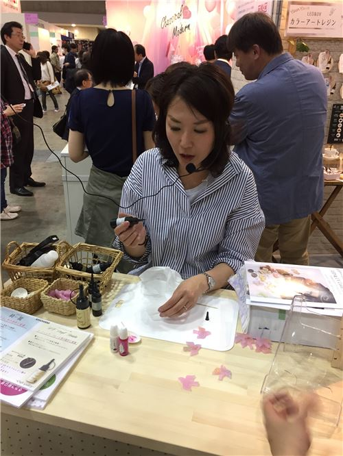 A live demonstration showing people how to use resin