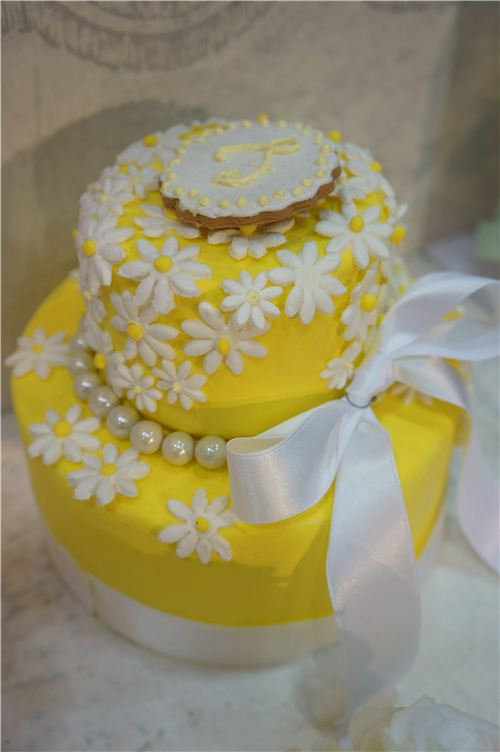 What a lovely cake, it totally looks like spring and summer