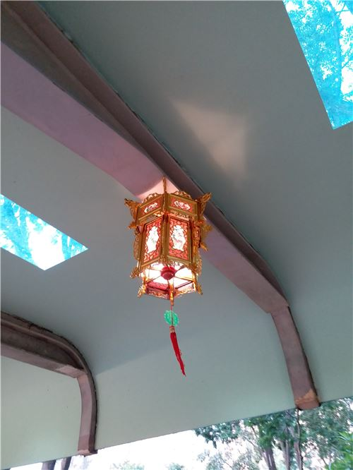 A super pretty gold lantern!