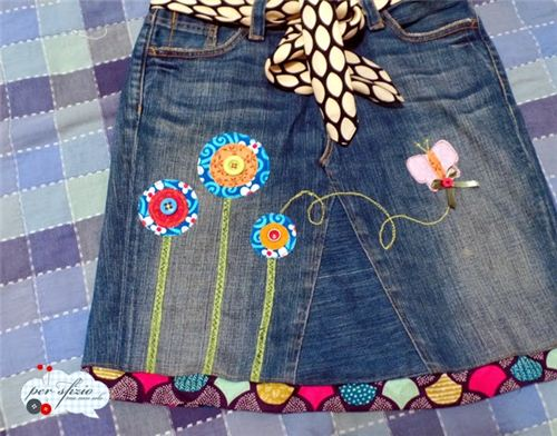 Per sfizio ma non solo turned an old pair of jeans into a skirt and used our fabrics as embellishments