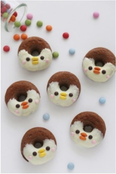 Donut penguins! From momo, shared on Pinterest by recipe.cotta.jp