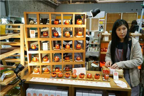 Daruma dolls on show