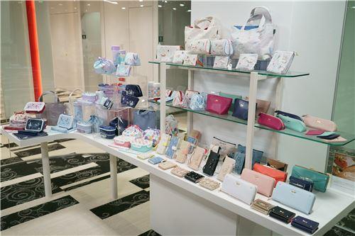 So many beautiful purses and wallets